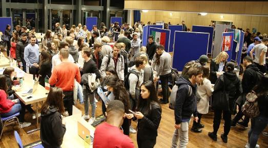 Das Angebot zur Information rund um das Auslandsstudium wurde auch dieses Jahr von den Studierenden gerne wahrgenommen (Foto: Dorothea Hoppe-Dörwald)