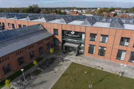 In den Luft-Videos fliegt die Kamera nicht nur über den Lingener Campus, sondern auch durch die ehemaligen Lokhallen