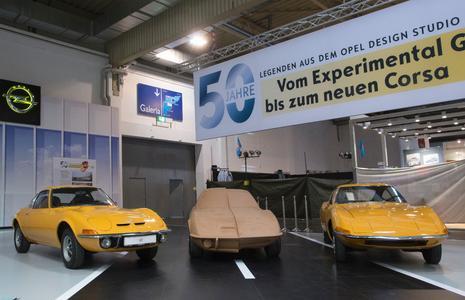 Klare Linie: Der Experimental GT (rechts) und sein Serienbruder, der Opel GT. Dazwischen das Tonmodell mit den Formen beider Autos im Vergleich © GM Company