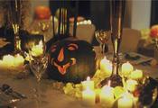 Leuchtende Kürbis-Dekorationen mit Kerzen für Halloween (Foto: Gütegemeinschaft Kerzen e. V.)