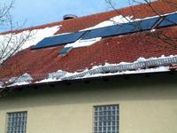 Die weiße Pracht kann schnell zur Last werden. Erst Recht, wenn die regelmäßige Wartung der Dachelemente, zu denen auch der Schneefang gehört, vernachlässigt wurde.
