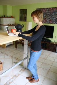 Zwischendurch einfach mal aufstehen: Die Höhe der Tischplatte kann man bei der motorisierten Version des Actiforce Tischgestells, im Online-Shop erhältlich für 499,- € (ohne Tischplatte), per Knopfdruck elektrisch verstellen
