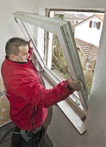 """Mehrfachverglasungen, wärmedämmende Rahmen, isolierender Bauschaum und elastischer Fugenkleber gehören heute zu einem Fenster-""""Paket"""", das auch zukünftigen Bauverordnungen standhält. Foto: Wüstenrot Bausparkasse AG"""