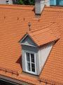 Die hohe Kunst des Dachdeckerhandwerks zeigt sich bei der Eindeckung mit keramischen Biberschwanzziegeln und dem fließenden Übergang zur Gaube, dem kupfernen Dachschmuck und des Blitzschutzes.