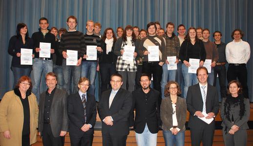 Es gratulierten die Jurymitglieder (1.R, v.l.) Prof. Barbara Schwarze, Prof. Dr. Thomas Derhake von der FH Osnabrück sowie Maik Mracek, Marco Anstett, Markus Hain, Britta Winterberg, Christoph Hengstebeck (Miele) und Dr. Andrea Kaimann(pro Wirtschaft GT)