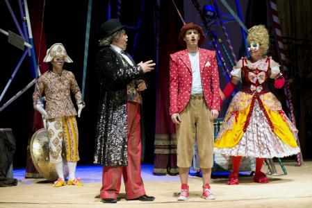 Sven-Marcel Voss (Arlecchino); Oliver Firit (Theaterdirektor), Paul-Louis Schopf (Pinocchio), Thomas Fritsche (Rosaura). Fotograf: THOMAS BRAUN