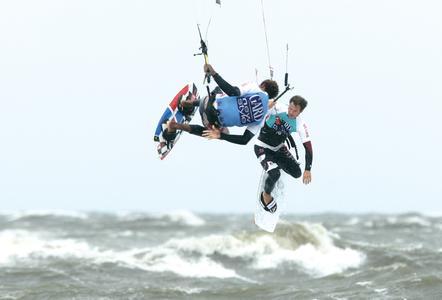 Spektakuläre Sprünge sind beim Kitesurfen zu beobachten