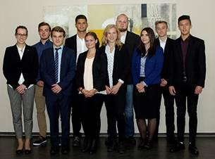 Die neuen Azubis der uniVersa mit Ausbildungsleiterin Theresa-Maria Glatz (li) (Foto: uniVersa)