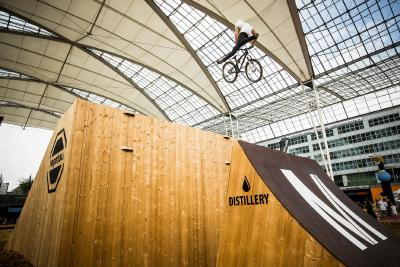 """Radler im Anflug: Luftakrobatik zum Auftakt der """"Bike & Style"""" am Münchner Airport, Foto: Florian Breitenberger"""