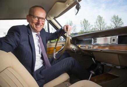 Stolzer Besitzer: Opel-Chef Dr. Karl-Thomas Neumann genießt den Komfort und den V8-Sound seines eigenen Diplomat A Coupés