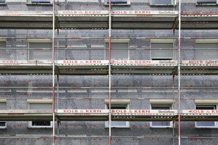 Verarbeitung ohne Umgewöhnung: Die neue Fassadendämmplatte S 024 wird im bewährten Wulst-Punkt-Verfahren auf dem Wandbildner fixiert und anschließend in den Stoßbereichen mit Tellerdübeln dauerhaft im Mauerwerk verankert (Foto: Caparol Farben Lacke Bautenschutz/Claus Graubner)