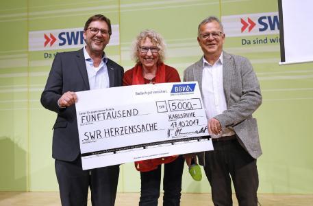 Spendenübergabe von 5.000 Euro an die Herzenssache