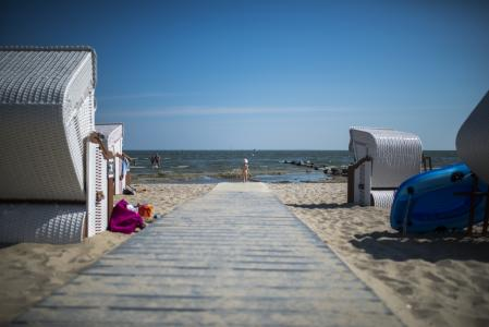 Weißer weicher Sand am Strand des Seebades Ueckermünde am Stettiner Haff, flaches Wasser zum Planschen und Strandkörbe zum Seele baumeln lassen