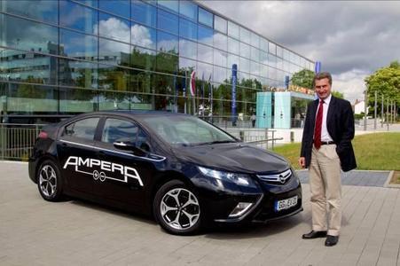 Zu seinem Besuch beim Landesparteitag der Jungen Union Hessen in Langen fuhr EU-Energie-Kommissar Günther Oettinger vom Flughafen Frankfurt aus mit dem elektrisch angetriebenen Opel Ampera. Oettinger zeigte sich begeistert von der Laufruhe und der guten Durchzugskraft des Elektro-Opel
