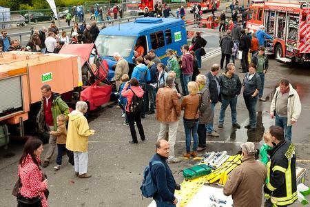 Der Fahrzeugcrash mit anschließendem Rettungseinsatz durch die Feuerwehr war ein imposanter Aktionspunkt beim Tag der Verkehrssicherheit bei der BASt (Bild: Thomas Bieling)