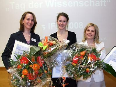 Gewinner des diesjährigen IFK-Wissenschaftspreises (v.r.n. l:) Sina C. Ewering, Anne Stark und Bettina Schulze-Temming (stellvertretend für Marion Pälmke)