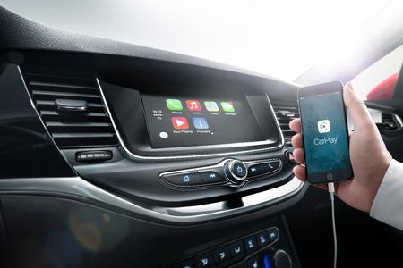 Plug and play: Das R 4.0 IntelliLink-System ist mit Apple CarPlay und Android Auto kompatibel