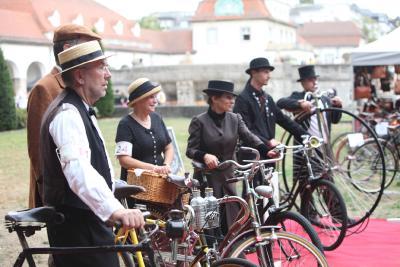 Hingucker: Antike Drahtesel und ihre Fahrer in historischen Kostümen / Foto: BNST