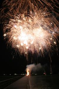 Lichtershows und glitzernder Feuerschein über der Ostsee