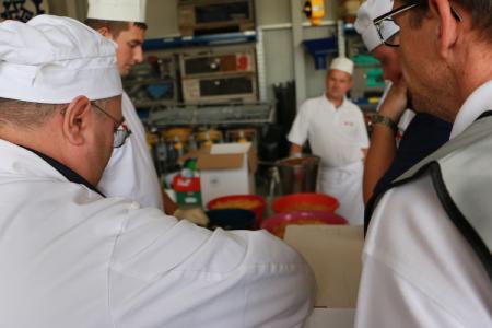 Die Köche bei der Zubereitung der Mittagsverpflegung – gleich kommen die Nudeln in die Töpfe / Foto: Gaby Richter, Vogelsbergkreis
