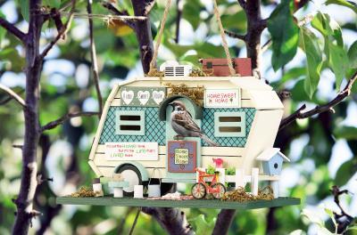 Royal Gardineer Nistkasten in Wohnwagen-Optik aus Holz, mit farbenfrohen Details