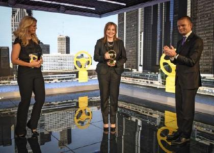 Goldenes Lenkrad 2016: GM Chairman und CEO Mary Barra umrahmt von Moderatorin Barbara Schöneberger (links) und Jan Bayer, Vorstandmitglied Axel Springer SE (rechts)