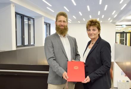 Prof. Dr. Lars Jürgensen bei der Übergabe der Ernennungsurkunde mit Kanzlerin Christiane Claus