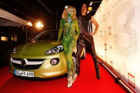 """Wo sich die Szene trifft, da ist auch der neue Opel ADAM. Zahlreiche Prominente kamen am Samstagabend auf Einladung der BILD-Zeitung zur Berlinale-Party """"Place to B"""". Wie gut dem Opel ADAM das Blitzlichtgewitter steht, konnten die Schaulustigen beobachten, als sich Jorge Gonzalez von Modell """"Eva"""" direkt auf den roten Teppich chauffieren ließ"""