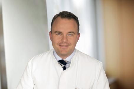 Dr. med. Jacques D. Müller-Broich ist seit 2017 Teamleiter des neuen Zentrums für Wirbelsäulenorthopädie in der Orthopädischen Universitätsklinik Friedrichsheim in Frankfurt.