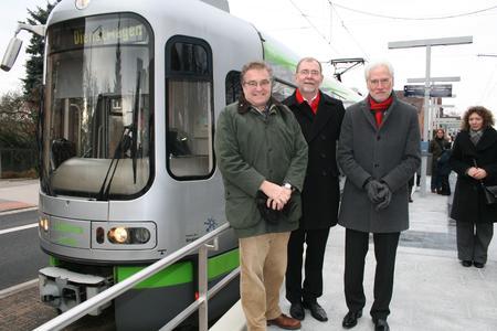 Regionspräsident Hauke Jagau (von links), üstra-Vorstand Wilhelm Lindenberg und Bürgermeister Bernd Strauch auf dem Hochbahnsteig der neu geschaffenen Haltestelle Wiehbergstraße. Sie ersetzt die Haltestelle Dorfstraße