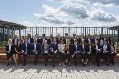 Die neuen Auszubildenden der Taunus Sparkasse wurden mit gutem Wetter begrüßt