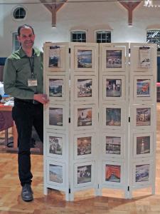 Holistika Geschäftsführer Oliver Drewes bewirbt im Präsentationsmodul mit Bildern der Japanreise aus 2016 die nächste Gruppenreise im November 2018.