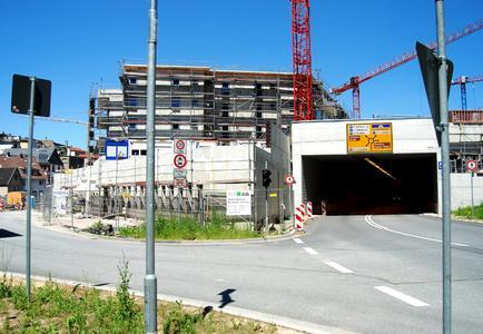 Über das Grundstück im Weinheimer Tal führt eine Straße, die übertunnelt werden musste, um eine großflächige Bebauung zu ermöglichen, Foto: Caparol Farben Lacke Bautenschutz/Achim Zielke