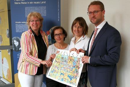 von links nach rechts – die Gutachterin Marina Scheffler-Niehoff, die stellvertretende vhs-Leiterin Karin Gröger, vhs-Leiterin Monika Schenker sowie den Dezernenten der vhs, den Ersten Kreisbeigeordneten Dr. Jens Mischak mit dem LQW-Netzwerkbild / Foto: vhs