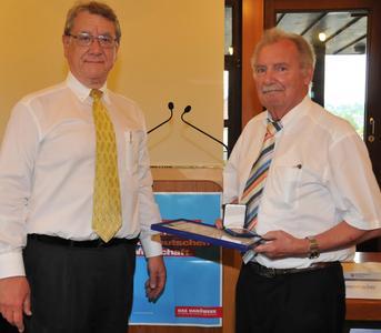 Hugo Berger (rechts) nahm die Auszeichnung von Kammerpräsident Joachim Möhrle entgegen (Foto: Handwerkskammer)