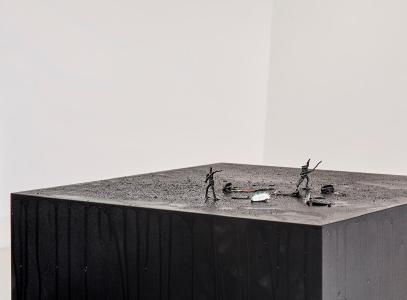 Latifa Echakhch, Sans Titre (Les soldats de plomb), 2019 / Photo: Norbert Miguletz, Courtesy of kamel mennour, kaufmann repetto, Dvir Gallery