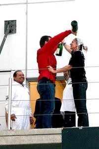 Champagnerdusche: Bernd Wurth, bester Beifahrer in der Sanduhrklasse, und Miriam Eiselt, Siegerin der Elektronikklasse Beifahrer