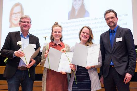 Joachim Böhmer von der Heilpädagogischen Hilfe Osnabrück überreichte Hanna Kassens und Lena Höckerschmidt einen StudyUp-Award für ihre herausragenden Abschlussarbeiten. Hochschulpräsident Prof. Dr. Andreas Bertram (v.l.) freut sich mit ihnen, Foto: Daniela Rösler