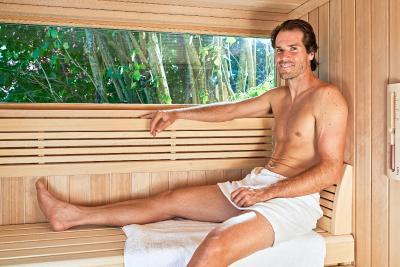 """""""Die Sauna ist einfach optimal, um nach langen, fordernden Trainings- oder Wettkampftagen zu regenerieren und auch mental runterzukommen"""", weiß der knapp 1,90 Meter große Modellathlet aus langjähriger Erfahrung. Foto: KLAFS GmbH & Co. KG"""