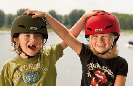 Schulkinder nur mit Helm aufs Fahrrad (Foto: Pressedienst Fahrrad www.pd-f.de / abus)