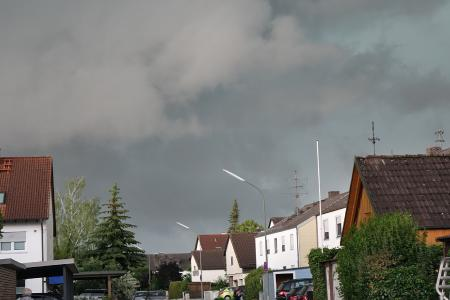 Auch beim heftigsten Unwetter sollte niemand zur Selbsthilfe bei Dachschäden greifen