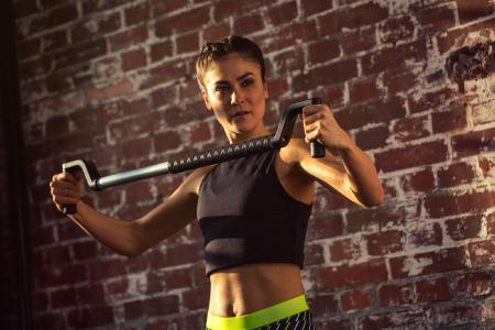 Um gezielt Kraft aufzubauen und Rückenschmerzen vorzubeugen, ist ein Im- und Expander, wie etwa der SYWOS ONE, ein praktisches Hilfsmittel. / Bild: SYWOS/ AGR