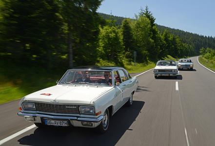 Formationsflug der drei Opel KAD-Modelle bei der Paul Pietsch Classic Rallye 2014: Admiral V8 vorn, gefolgt von Diplomat Coupé und Kapitän