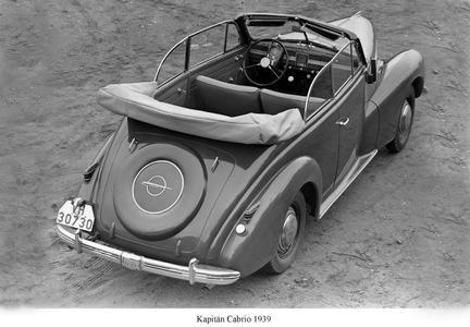 Raum in der Oberklasse, das im Opel Werk in Rüsselheim gebaute zweitürige Kapitän Cabriolet war durch die hohen Scheiben und das voluminöse Dach hinter den Rücksitzen relativ zugfrei zu fahren.