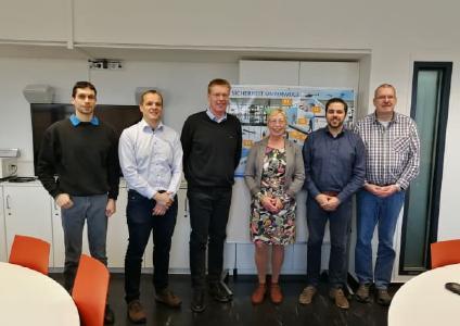 Die erfolgreichen Kursteilnehmer gemeinsam mit Forschungsprofessorin Dr. Margit Scholl und Laboringenieur Ernst-Peter Ehrlich (l.)