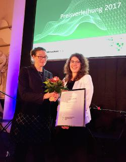Judith Bräuer, Koordinatorin des Niedersachsen-Technikums, gratuliert der ehemaligen Technikantin Laura Brinkmann (rechts) zur Auszeichnung mit dem Wissenschaftspreis Niedersachsen 2017  (Foto: Niedersachsen-Technikum, Helen Koepke)