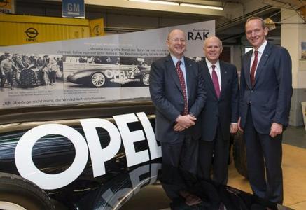 (von links): Stephen J. Girsky, Vorsitzender des Aufsichtsrats der Adam Opel AG, Daniel F. Akerson, Chairman und CEO von GM und Dr. Karl-Thomas Neumann, Vorstandsvorsitzender der Adam Opel AG, vor dem Opel RAK 2 Raketenfahrzeug