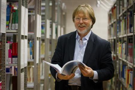 Prof. Dr. Rainer Busch zu seiner Zeit als Vizepräsident für Internationales und Forschung in der Bibliothek der Hochschule (Bild: HWG LU)