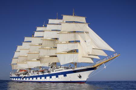 Kreuzfahrtschiffe dürfen noch nicht wieder in See stechen. Die Reedereien bereiten sich auf den Neustart vor und haben traumhafte Fahrpläne in den Programmen. Die »Royal Clipper«, das größte Vollschiff der Welt, bringt dann maximal 227 Gäste mit der Antriebskraft des Windes in die Karibik. (Foto Star Clippers)