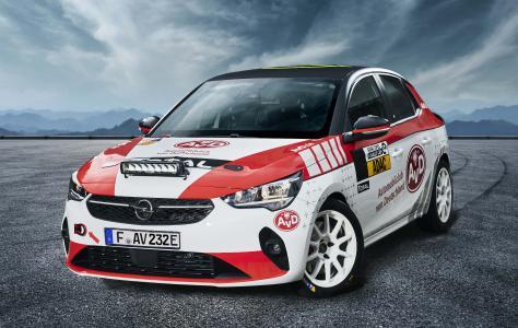 Opel Corsa-e Rally im AvD Design schräg von vorn